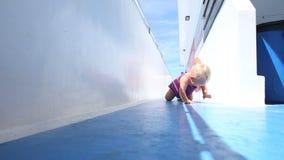 Fille rampant sur la plate-forme banque de vidéos