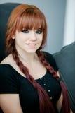 Fille rebelle d'adolescent avec les cheveux rouges à la maison Images stock