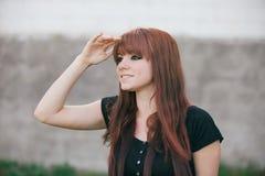 Fille rebelle d'adolescent avec les cheveux rouges Image libre de droits