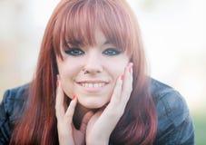 Fille rebelle d'adolescent avec les cheveux rouges Photo libre de droits
