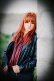 Fille rebelle d'adolescent avec les cheveux rouges Photos stock