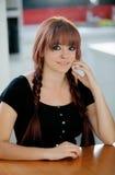 Fille rebelle d'adolescent avec les cheveux rouges à la maison Image stock