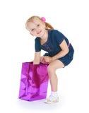 Fille recherchant un cadeau Photographie stock libre de droits