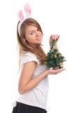 Fille rectifiée comme lapin avec l'arbre de Noël Photographie stock libre de droits
