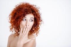 Fille red-haired étonnée image libre de droits