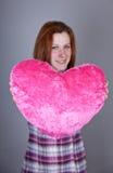 Fille Red-haired avec le jouet de coeur. Image libre de droits