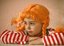 Fille Red-Haired avec les tresses ascendantes photo libre de droits