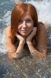 Fille Red-haired dans l'eau Photographie stock libre de droits