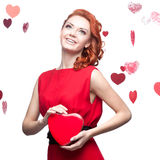 Fille red-haired de sourire retenant le coeur rouge Photographie stock