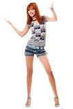 Fille red-haired heureuse dans un T-shirt et des circuits Photographie stock