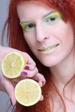Fille Redhaired avec le citron. fin vers le haut Image stock