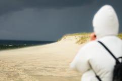 Fille regardant à la mer orageuse Photographie stock libre de droits