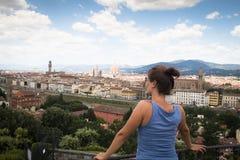 Fille regardant au-dessus de Florence en Italie Image stock