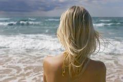 Fille regardant dans la mer Images libres de droits