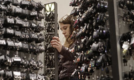 Fille regardant des bijoux dans un magasin pendant le Black Friday Photo libre de droits