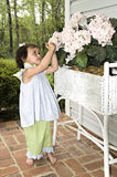 Fille regardant des fleurs image libre de droits