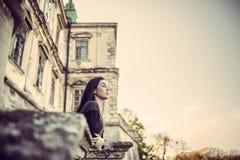 Fille regardant en avant dans le vieux château Photographie stock libre de droits