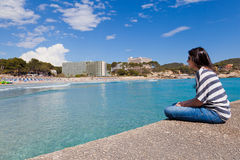 Fille regardant la plage de Paguera, Majorque photographie stock libre de droits