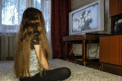 Fille regardant la TV Images stock