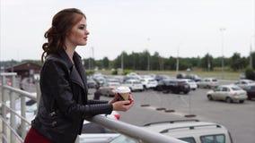 Fille regardant la ville pendant la pause-café banque de vidéos