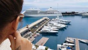 Fille regardant le revêtement de croisière de la terrasse d'hôtel, embarquement de attente sur le bateau banque de vidéos