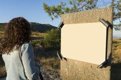 Fille regardant le signe Photographie stock libre de droits