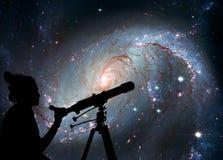 Fille regardant les étoiles avec le télescope Crèche stellaire images libres de droits