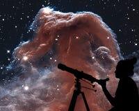 Fille regardant les étoiles avec le télescope La nébuleuse de Horsehead image libre de droits