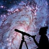 Fille regardant les étoiles avec le télescope 83 plus malpropres Photos stock