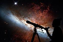 Fille regardant les étoiles avec le télescope 82 plus malpropres Photo stock