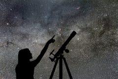 Fille regardant les étoiles Manière laiteuse de télescope photo stock