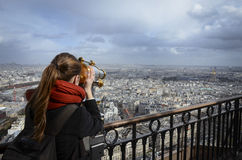 Fille regardant Paris par le télescope images libres de droits