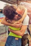 Fille rencontrant son ami à la gare routière Photographie stock