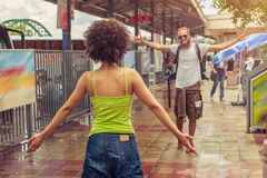 Fille rencontrant son ami à la gare routière Photo stock