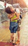 Fille rencontrant son ami à la gare routière Photographie stock libre de droits