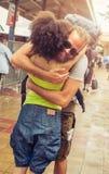Fille rencontrant son ami à la gare routière Image libre de droits