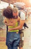 Fille rencontrant son ami à la gare routière Photos libres de droits