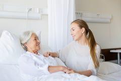 Fille rendant visite à la mère supérieure à l'hôpital photo libre de droits