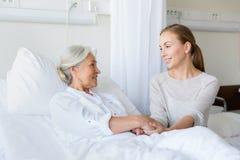 Fille rendant visite à la mère supérieure à l'hôpital image stock