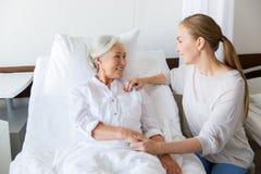 Fille rendant visite à la mère supérieure à l'hôpital photographie stock