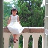 Fille reposée sur le balcon Photographie stock libre de droits