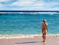 Fille restant sur la plage Photo stock