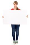 Fille retenant l'affiche blanc Photographie stock