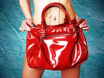 Fille retenant le sac en cuir rouge images stock