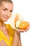 Fille retenant les fruits frais Photographie stock