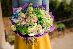 Fille retenant un bouquet des fleurs Photos stock
