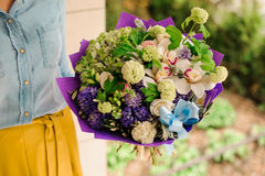 Fille retenant un bouquet des fleurs Images libres de droits