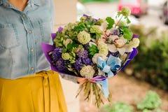 Fille retenant un bouquet des fleurs Image libre de droits