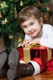 Fille retenant un cadeau de Noël Photo stock