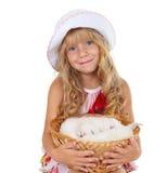 Fille retenant un panier avec de petits chats Photographie stock